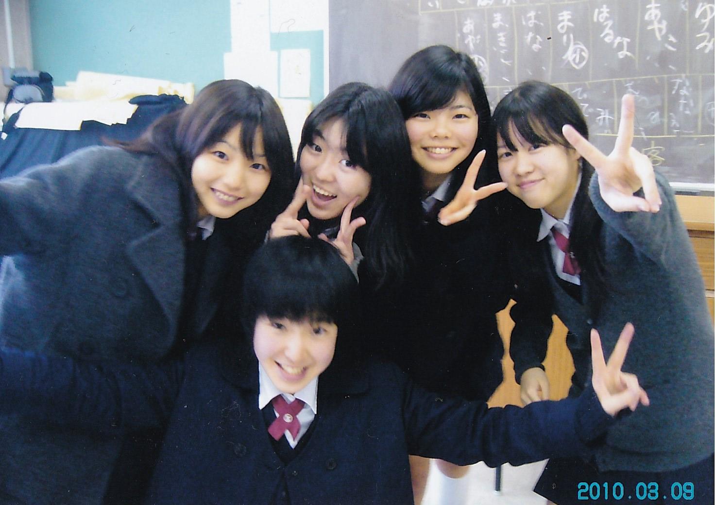 日本の高校にて、右から2番目が新居さん