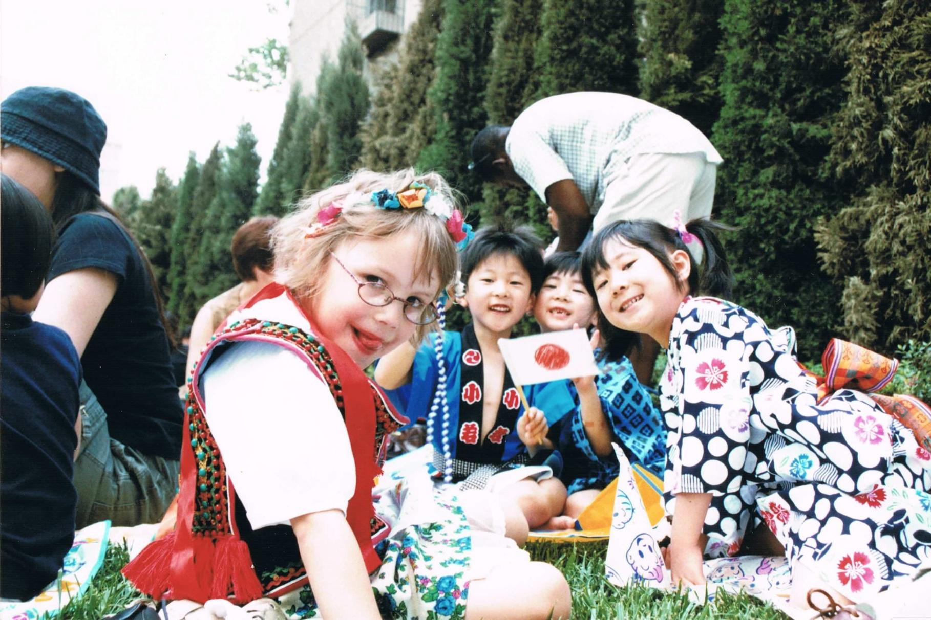 北京の幼稚園のインターナショナルデーにて。一番右が黒田さん。