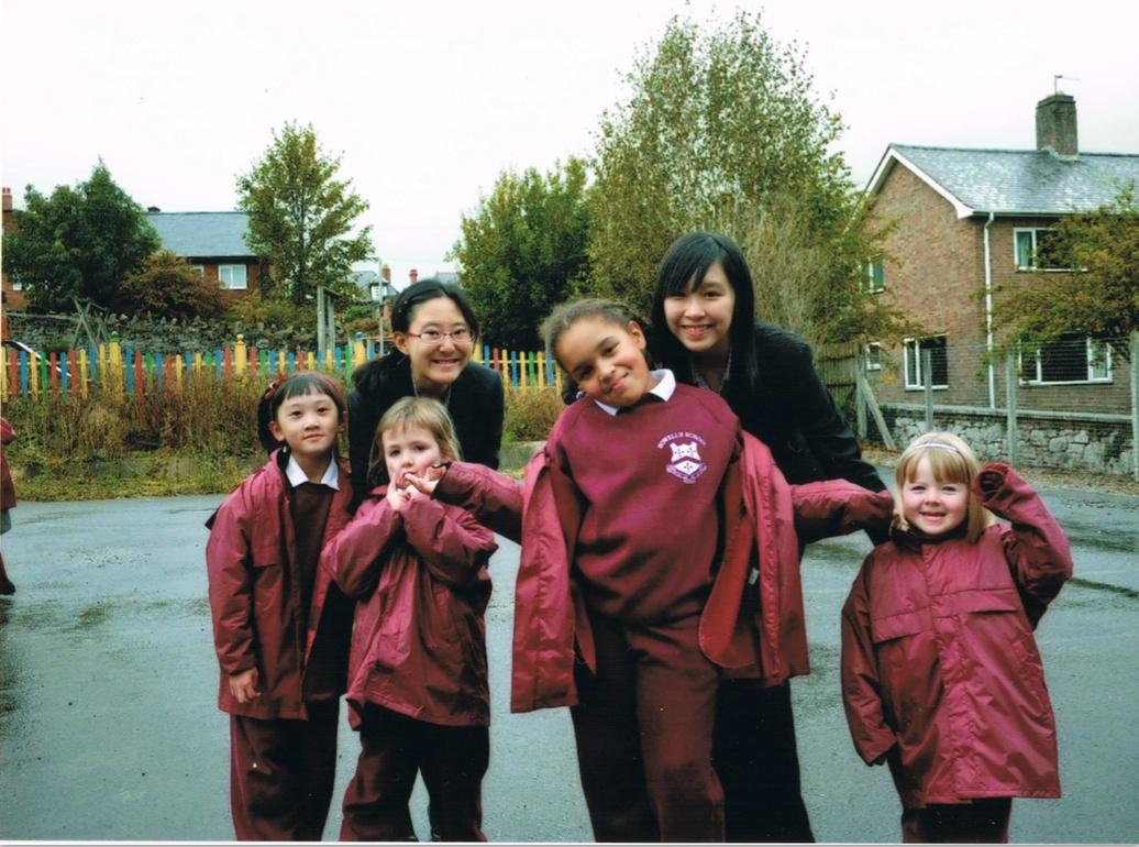 Howell's School の昼休み、初等部生徒の見張り中、一番左の後方が黒田さん