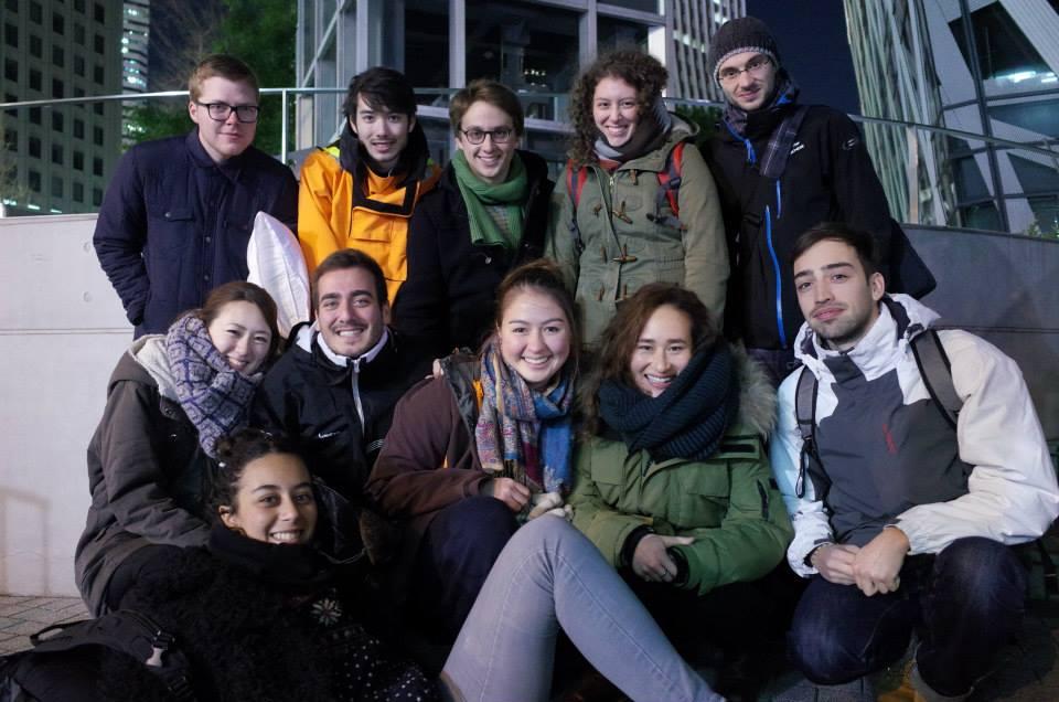 皆でスキー旅行に行った際の記念写真。アメリカ、イギリス、スペイン、フランス、イタリア、ベルギー、日本と出身は皆バラバラ、二列目一番左が野澤さん。