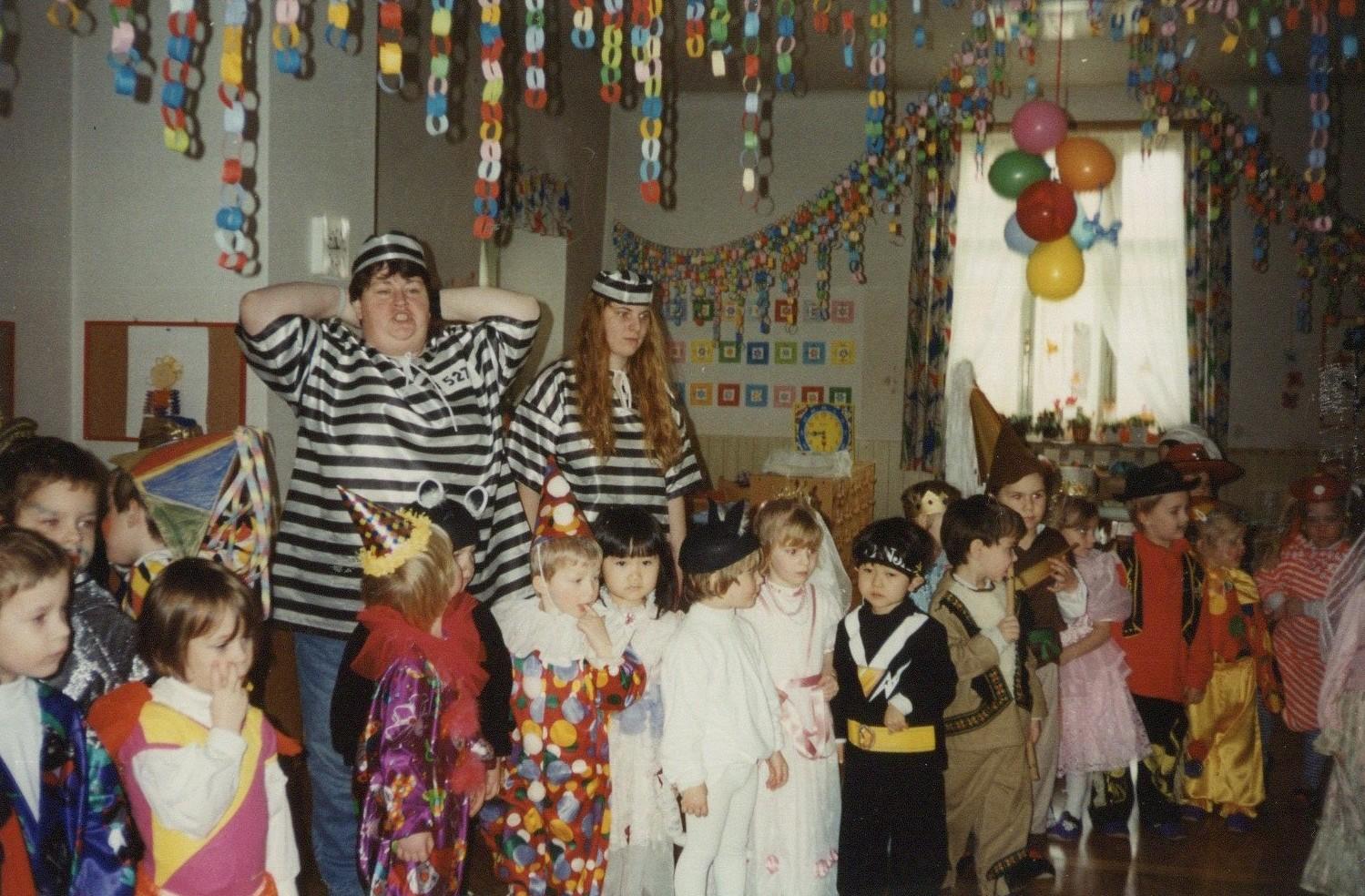 クロアチアでのハロウィンパーティ。真ん中の黒い仮装姿が亀田さん