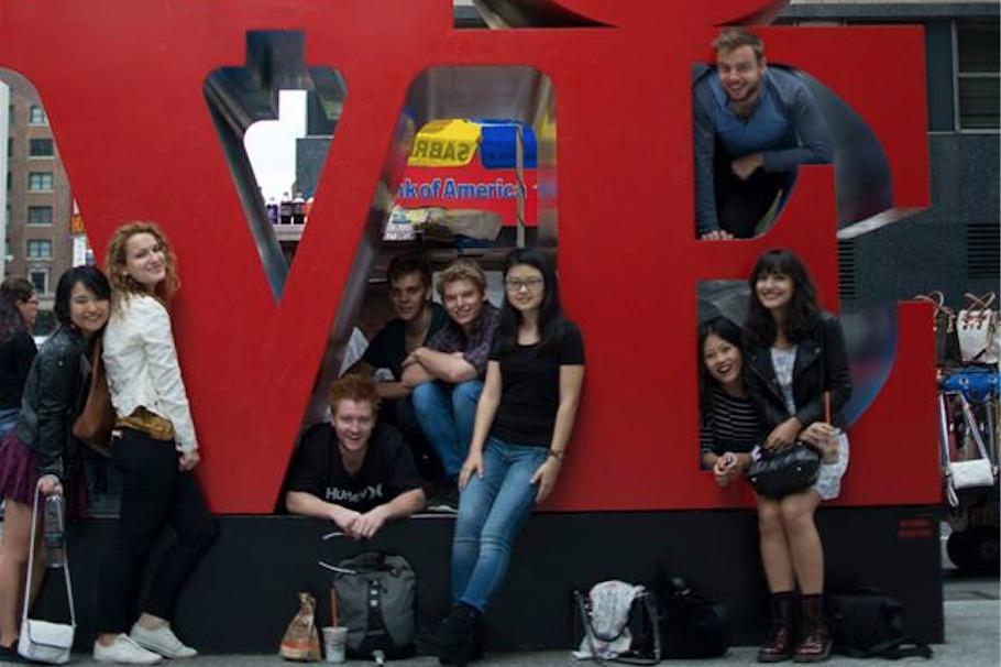 アメリカ留学中、他の留学生と一緒にNYに遊びに行ったときの写真。国籍はオーストラリア、フランス、ブラジル、シンガポール、トルコと様々。一番左が高橋さん