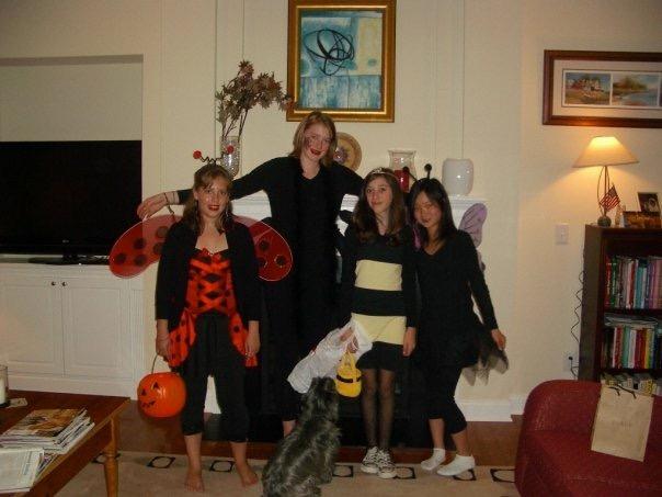 中学の友達とハロウィンの仮装をしている写真。一番右が鈴木さん
