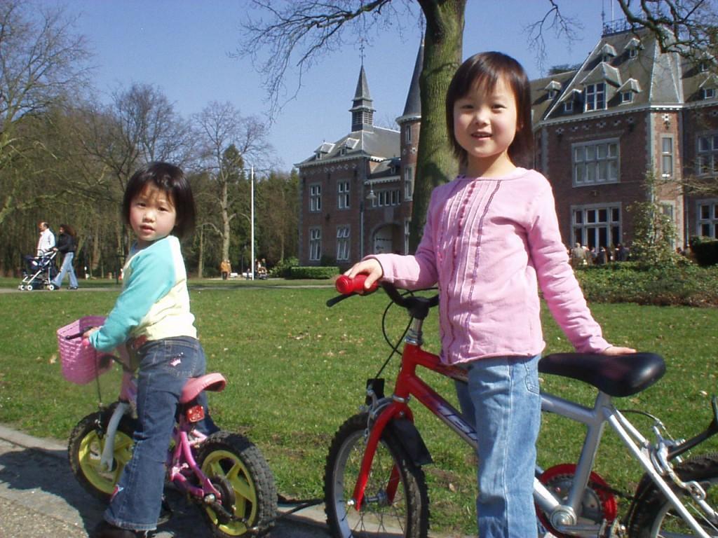 ベルギーにいた頃の写真。右が鈴木さん