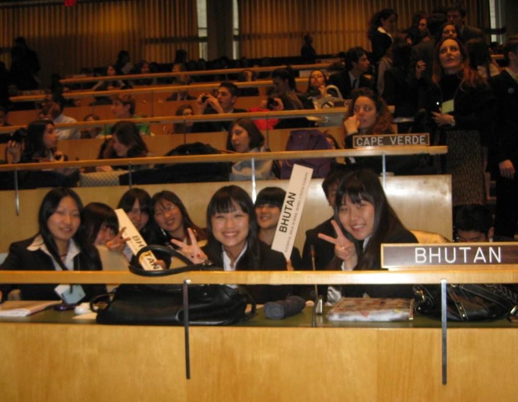 高校2年生の時。ニューヨーク国連本部での模擬国連に参加した時の写真。真ん中が吉田さん