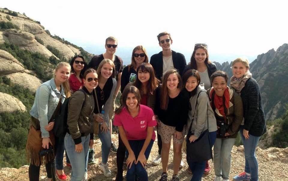 大学4年生、就職活動後に行ったスペイン留学にて。語学学校のクラスメイト達とハイキングに行った時の写真。中央が吉田さん