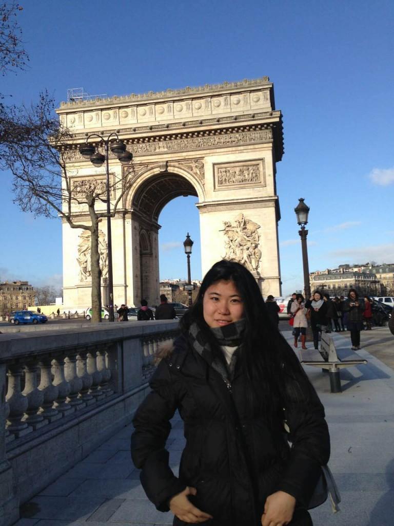 高校2年生のとき、フランス凱旋門にて。憧れの街であるパリへ自分探しの旅に出ました。