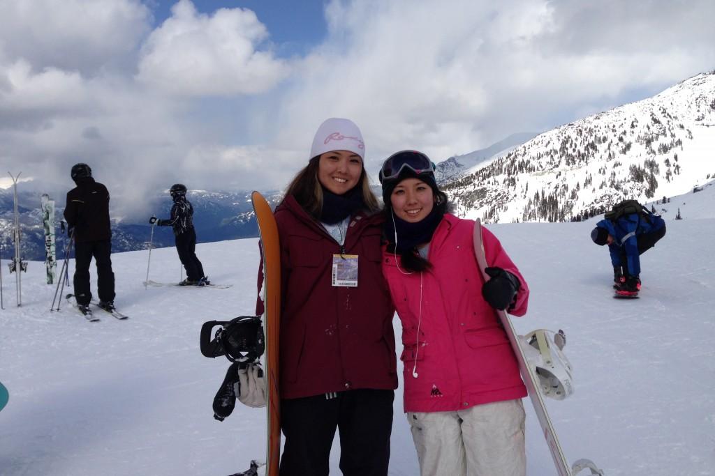 スキー場でお姉さんと一緒に。左が妹の笹原さん。