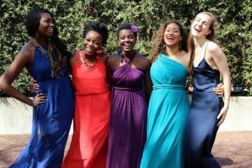 ダンスパーティーにて友達と。右から2番目、水色のドレスを着ています。