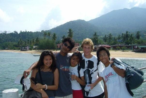 生物学の修学旅行で世界遺産になっているマレーシアのティオマン島にて。左から3番目が笹原さん。