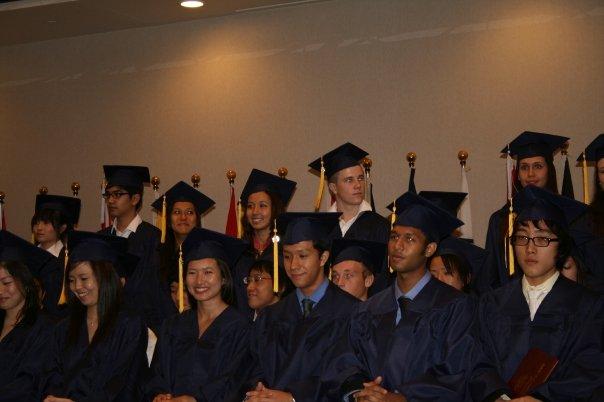 小中高と続けて通ったインターの卒業式にて。上段、左から4番目が笹原さん。