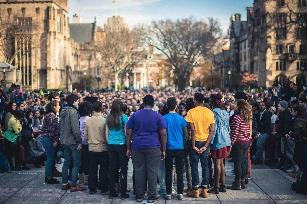 March of Resilienceでパフォーマンスを行った時の写真。右から2番目、赤と白のストライプの服を着ています。