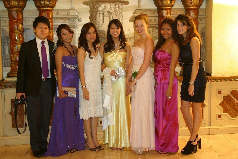 高校のPromパーティーにて。左から4番目が石村さん。