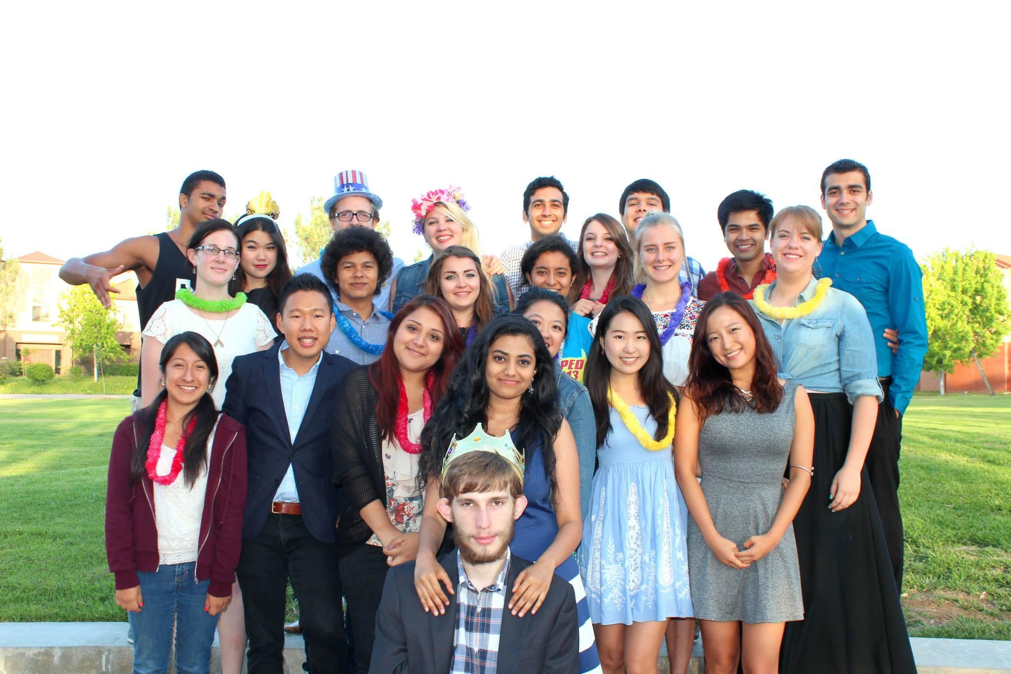 カリフォルニア大学アーバイン校(UCI)の寮生との集合写真。前列の左から二番目が高坂さん