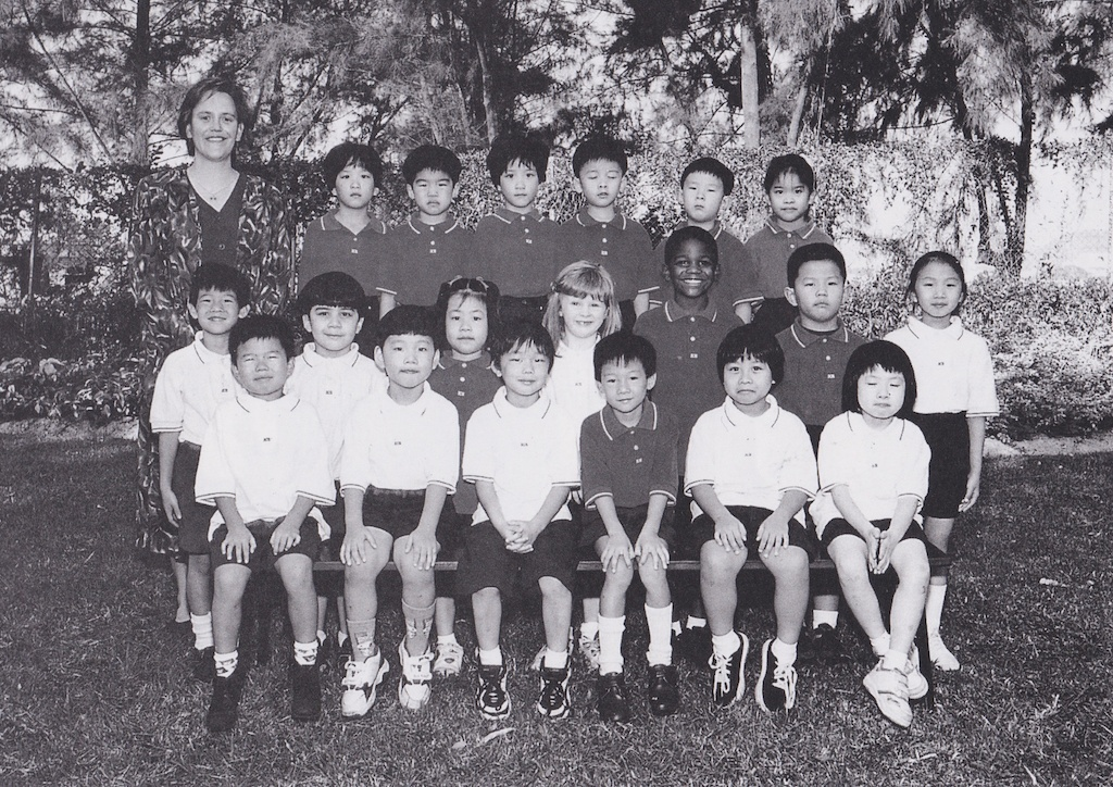 香港International Christian Schoolの幼児園のクラスメイトとの写真。最前列の左から二番目が高坂さん