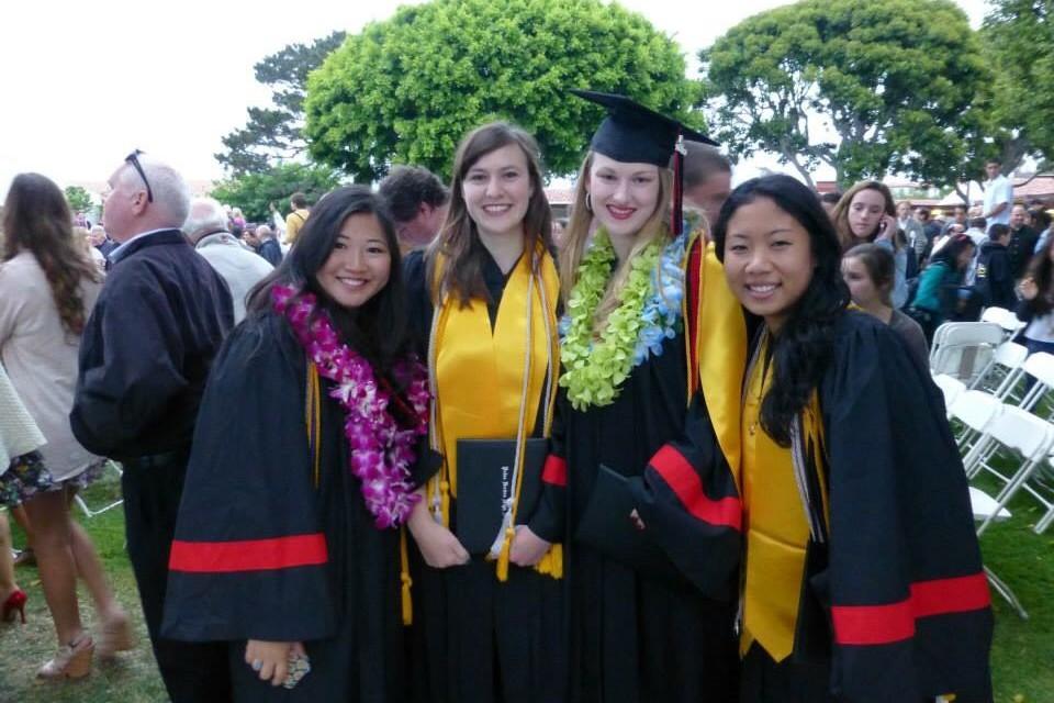 高校の卒業式で。花でできたレイをかけるのが伝統で、首にかかった紐は成績や部活などの達成の証。一番左が大﨑さん。