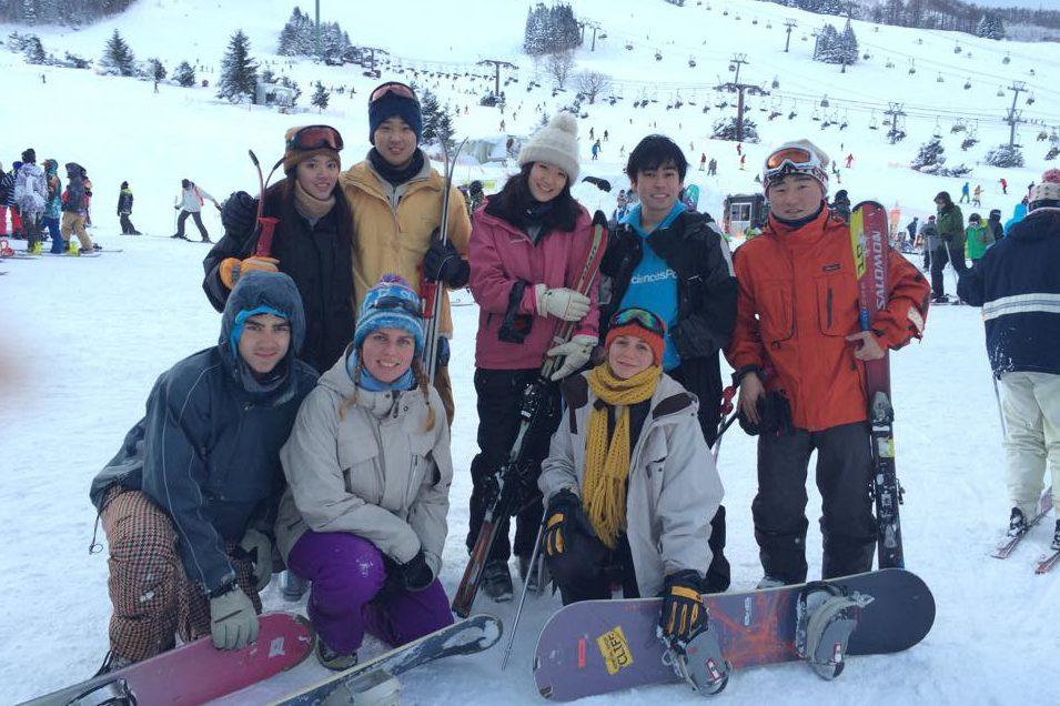 大学の仲間と苗場でスキー(後列一番右が竹内さん)