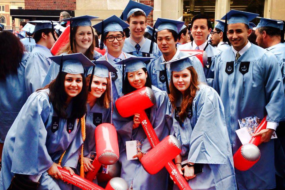 コロンビア大卒業式にて、同学部の学生たちと。(22歳、前列右から2人目が森本さん) ちなみにトンカチを持っているのは工学部だったからです(笑)