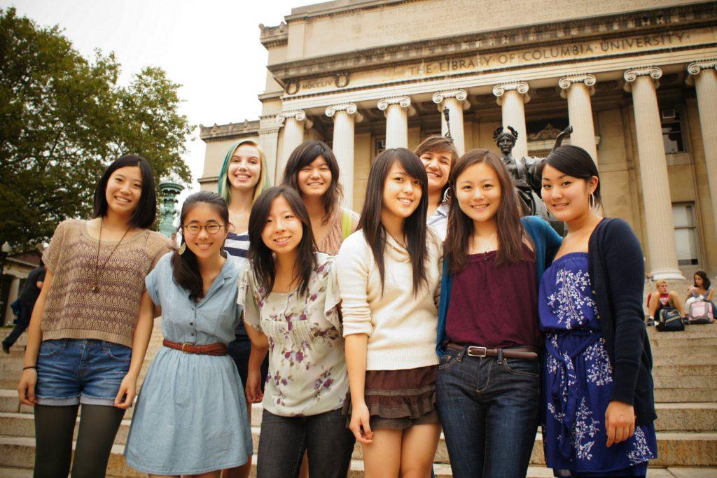 Columbia Japan Society女子メンバーと、コロンビア大のシンボルであるアルマ・マター像とLow Memorial Library前で(20歳、前列左から3人目が森本さん)