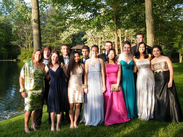 高校卒業プロム、友人宅の庭で (18歳、前列右から4人目が森本さん)