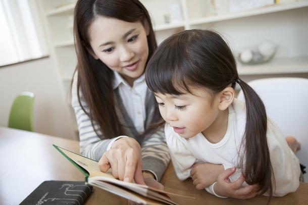 母親と本を読む女の子