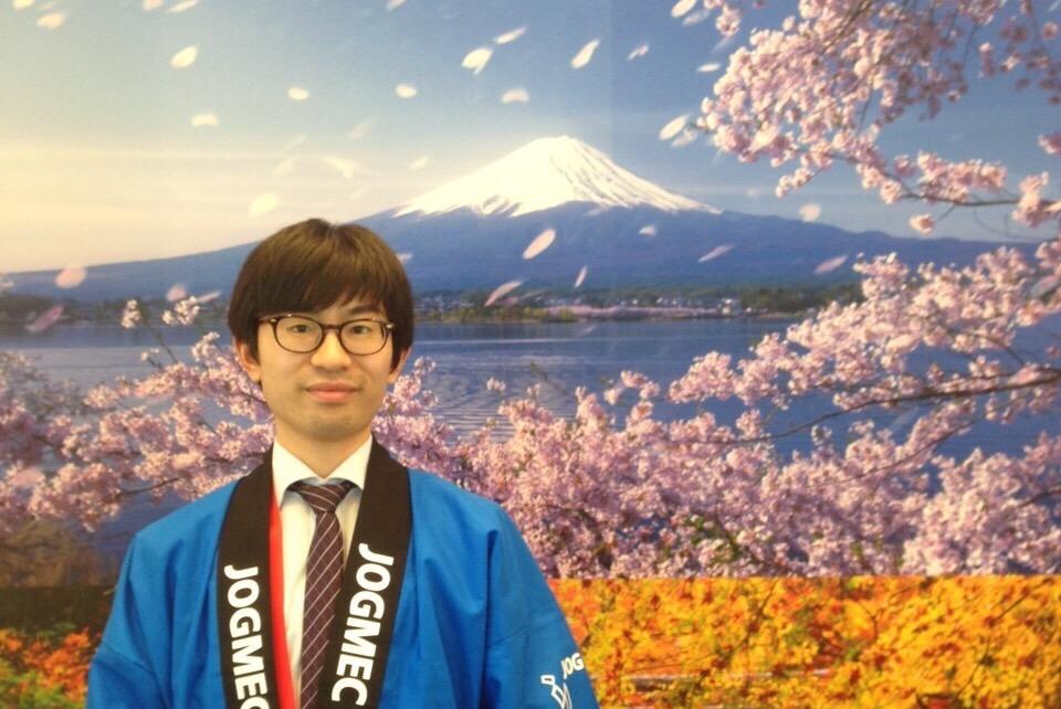 海外の展示会で説明員として活躍したときの写真。日本の団体であることをアピールするためにハッピに着替えました。ブースを訪れる人の対応はもちろん英語。技術的な説明にも全編英語で対応しました。英語でプレゼンをすることは、社会人であればほとんどの人ができると思います。しかし、展示会のようにどのような質問が飛んでくるかわからない状況ですの対応に苦労する人もいるのではないでしょうか。そういった点では、文法に偏らない実践的な英語力を身につけておくことは重要であると感じます。